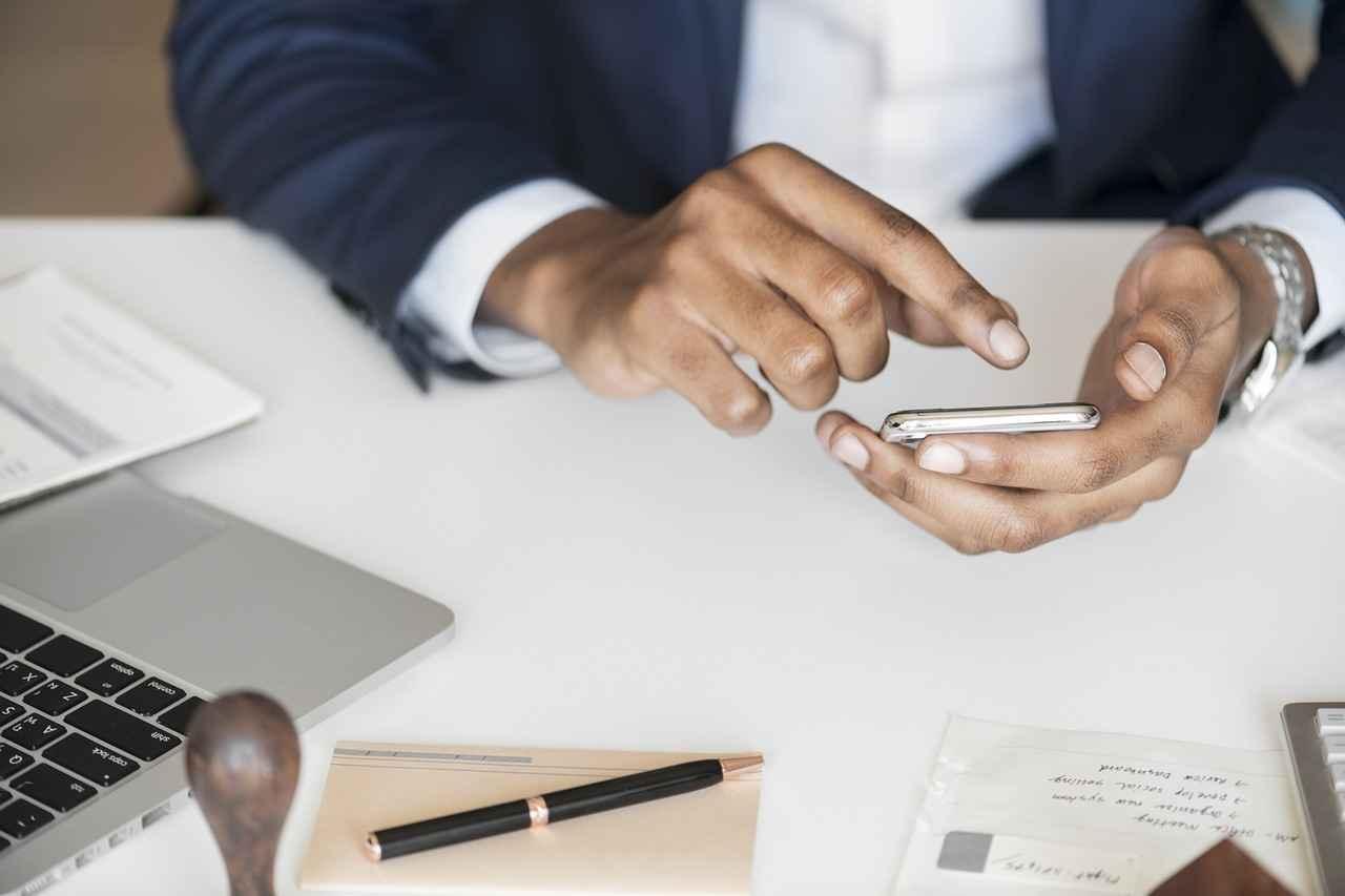 Wenn der Griff zum Smartphone den Job kostet – über die Nutzung von Handys am Arbeitsplatz