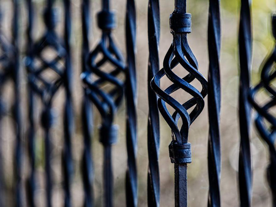 Grenzzaun - und die schon vorhandene Metallwand des Nachbarn