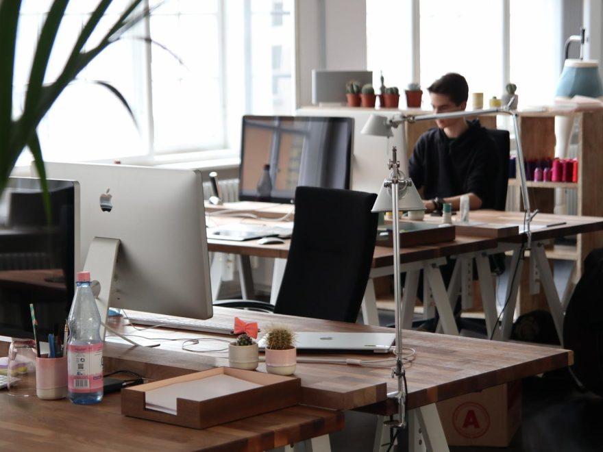 Unterzeichnung des Arbeitszeugnisses durch den Personalleiter – im Kleinbetrieb