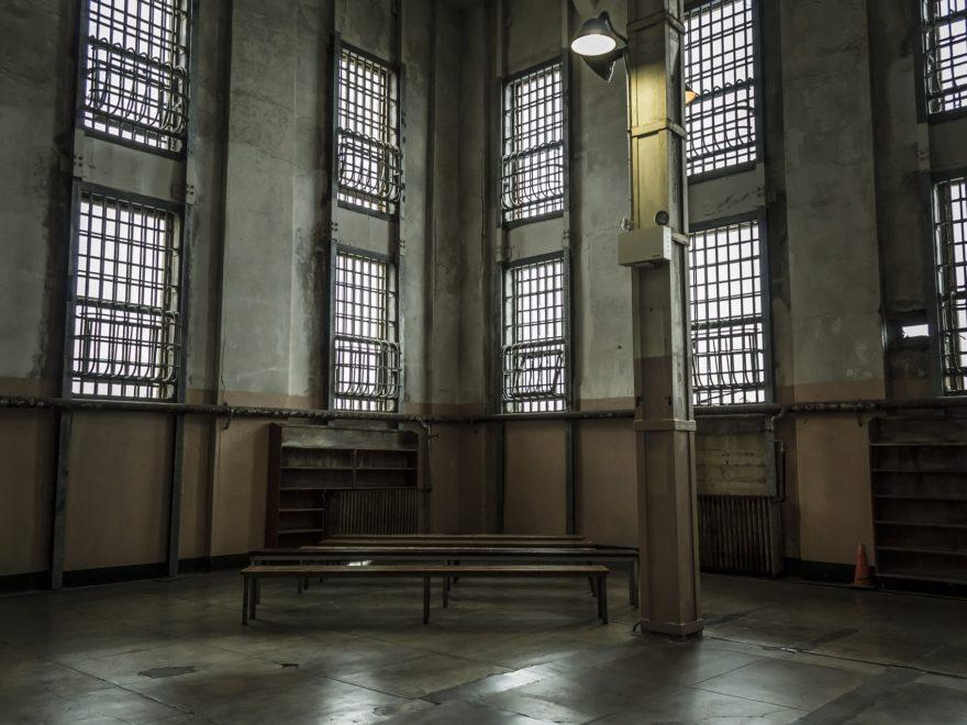 Die mit einer Entkleidung verbundene Durchsuchung - und der Staatshaftungsanspruch des Strafgefangenen