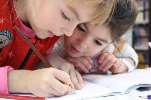 Welches Elternteil entscheidet über die Wahl der Schule beim gemeinsamen Sorgerecht ?