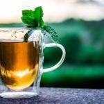 Das Eingießen von heißem Teewasser will gelernt sein