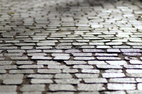 Die beschädigten Hofplatten