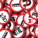 Die nicht ordnungsgemäß befestigten Verkehrsschilder