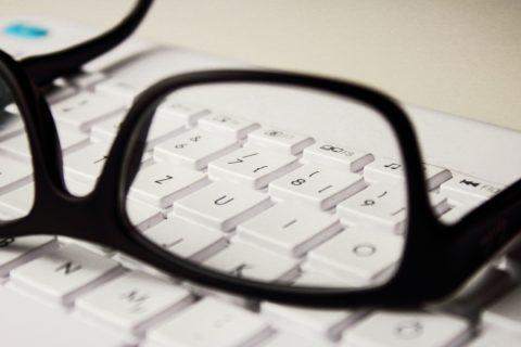 Die Bildschirmarbeitsbrille des Gerichtsvollziehers