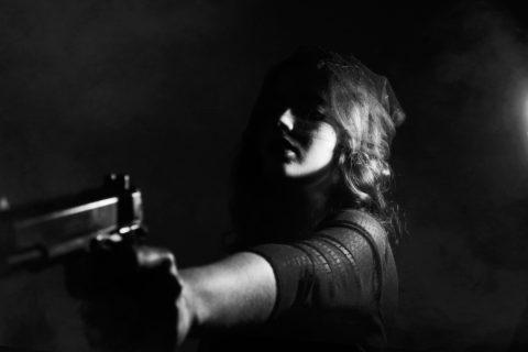 Das Besorgen der Schusswaffe für einen Überfall