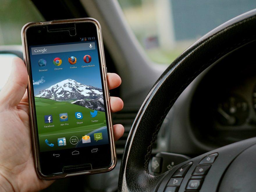 Die bestimmungsgemäße Handy-Nutzung während der Fahrt