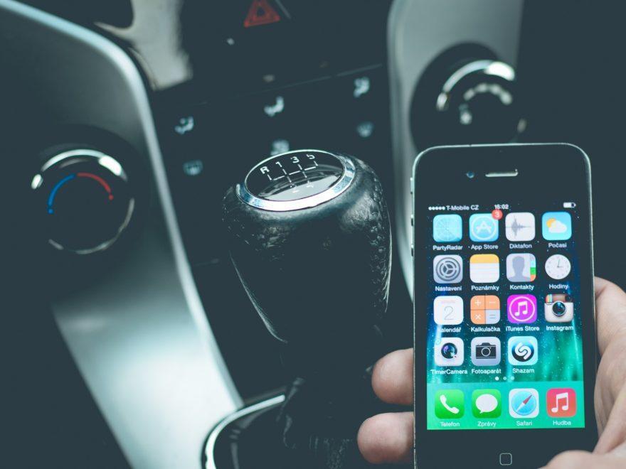 Das bloße Halten eines Mobiltelefons während der Fahrt
